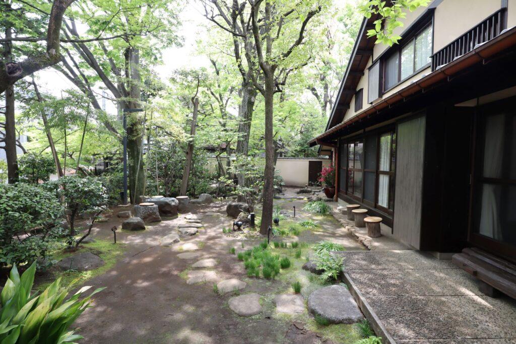 向井潤吉アトリエ館の庭園