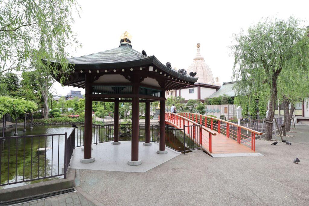 川崎大師のつるの池にあるやすらぎ橋と浮御堂