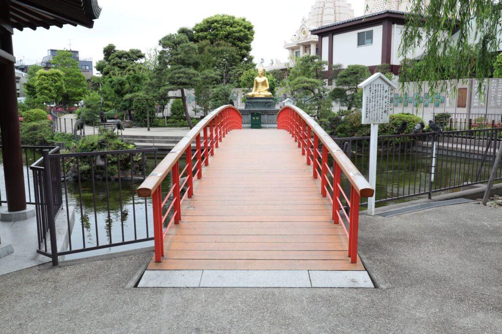 川崎大師のつるの池にあるやすらぎ橋