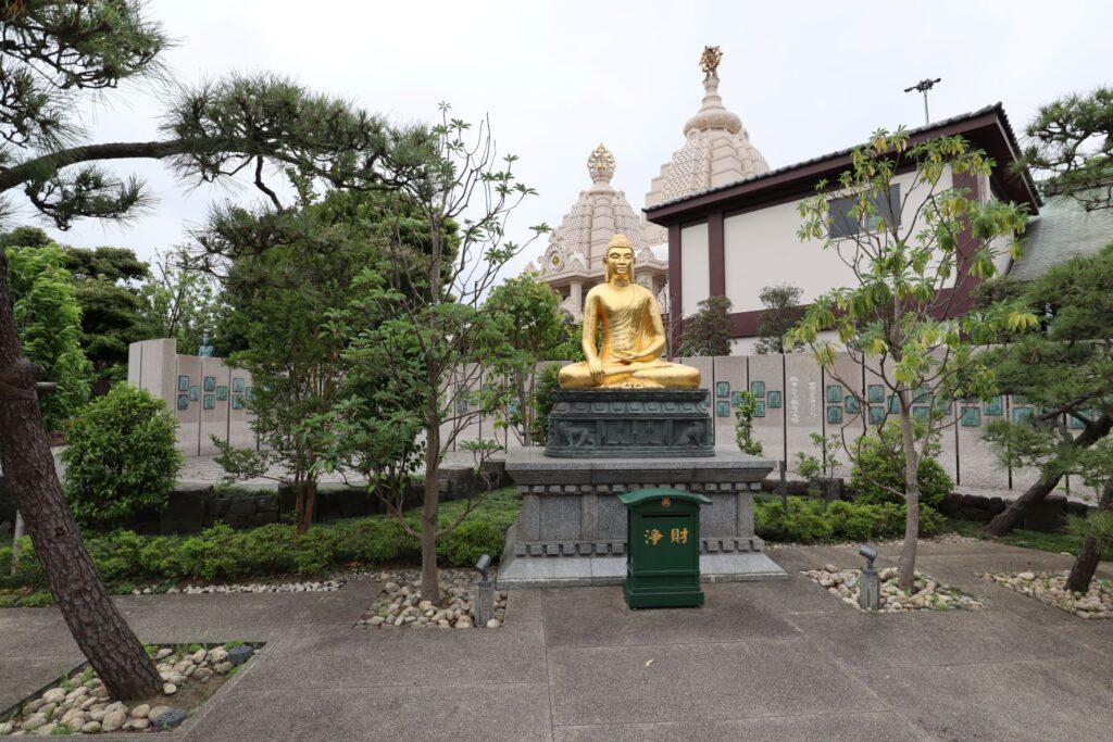 川崎大師のつるの池にある釈迦像