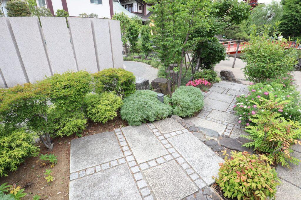 川崎大師のつるの池にある庭