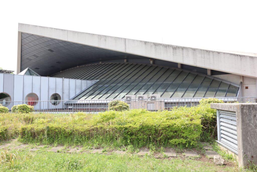 駒沢オリンピック公園体育館外観のガラス張り屋根