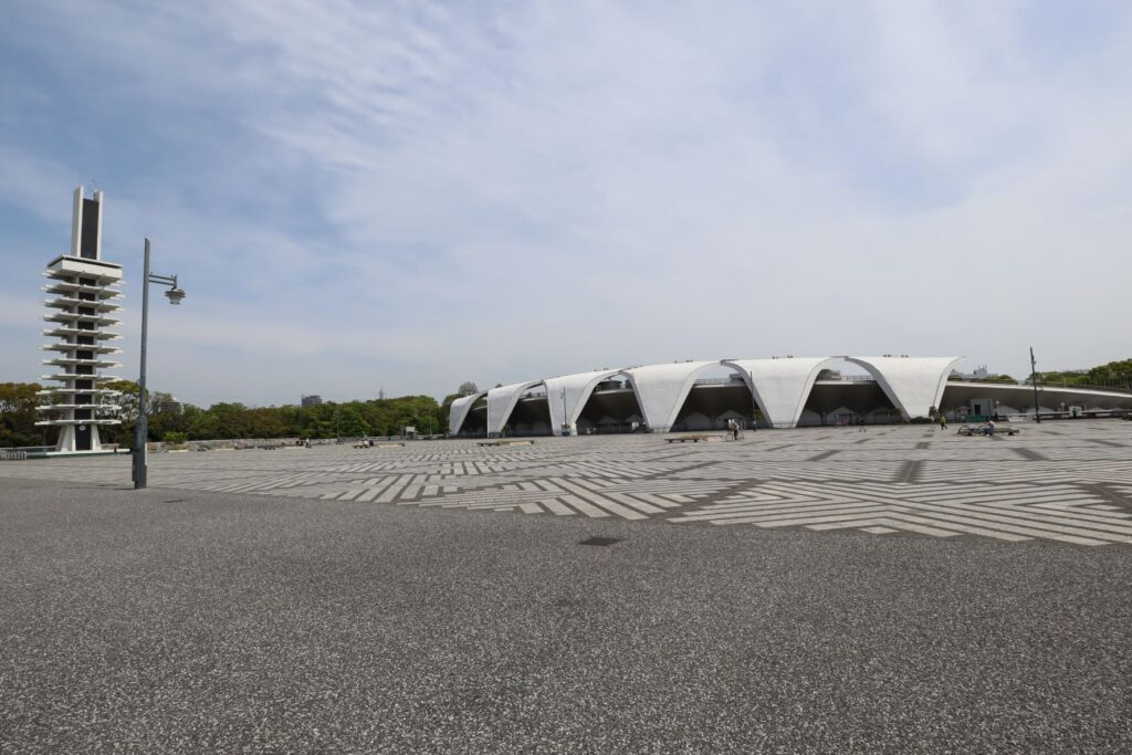 駒沢オリンピック公園陸上競技場とオリンピック記念塔