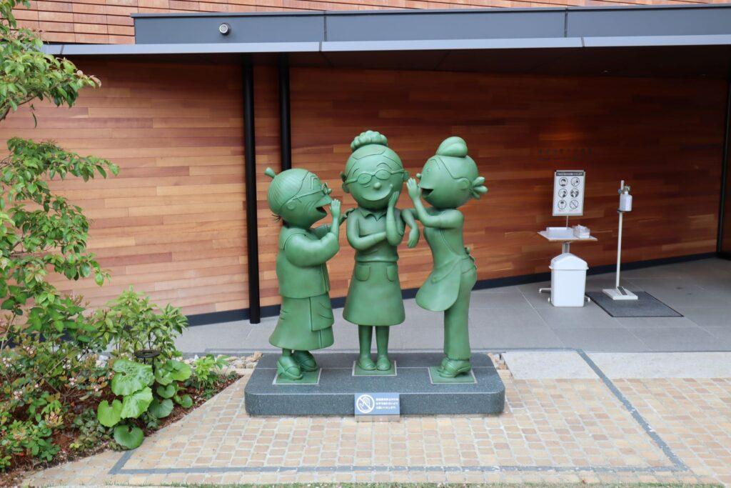 長谷川町子記念館入口前の銅像
