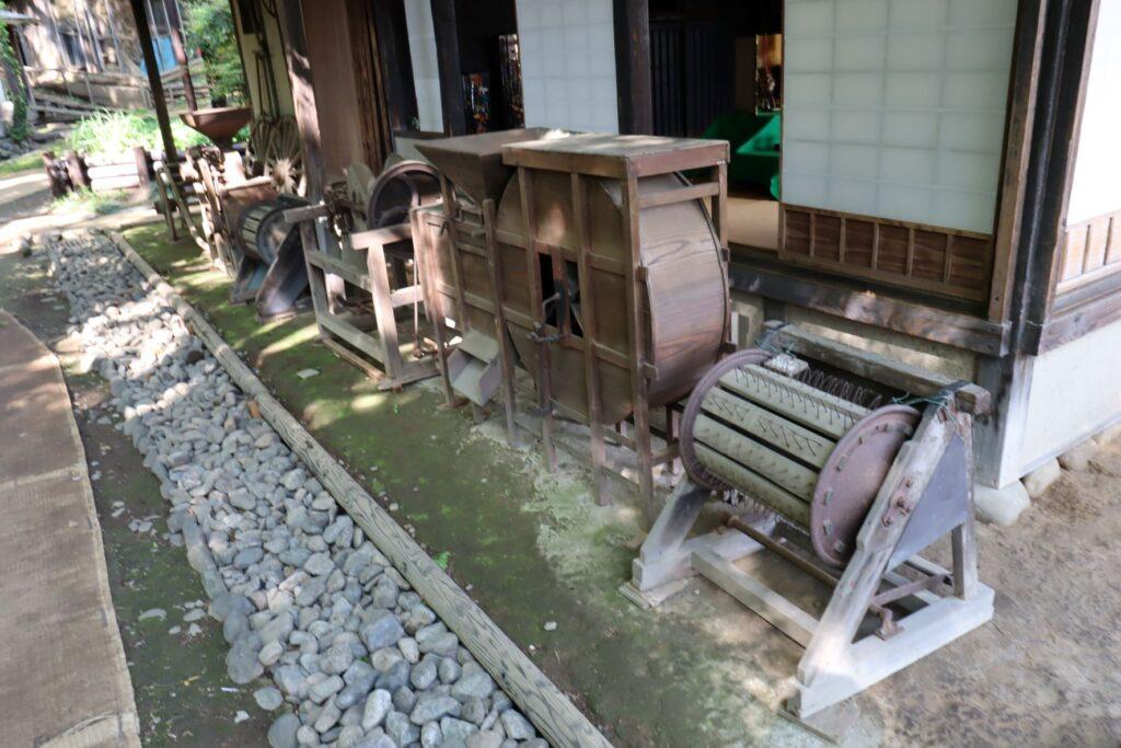 岡本公園民家園の旧長崎家主屋の農機具