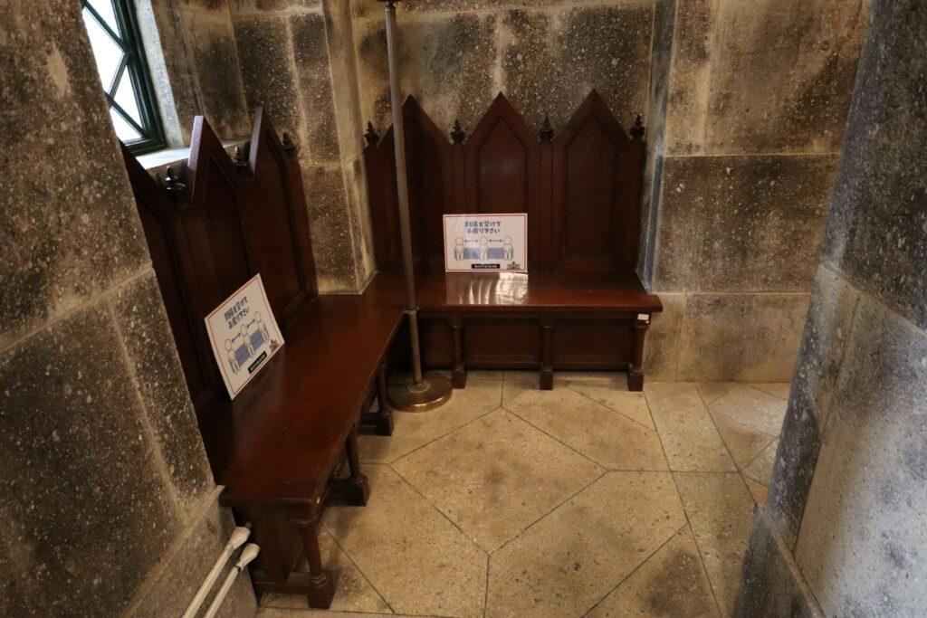 大倉山記念館エントランスの椅子