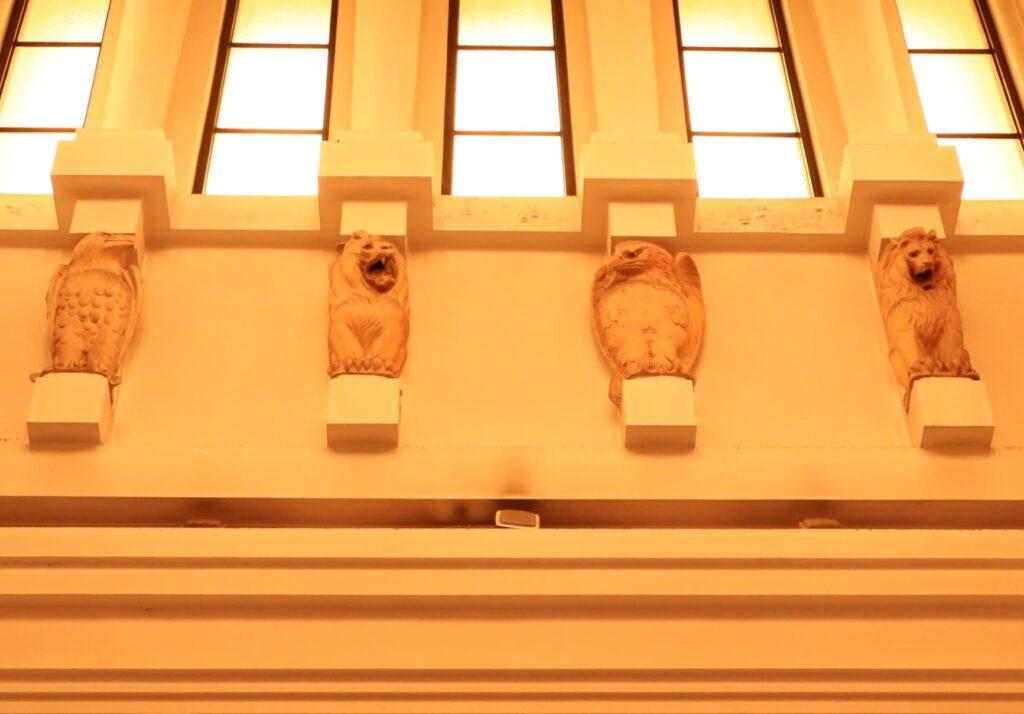大倉山記念館の吹抜け天井の鷹とライオン像