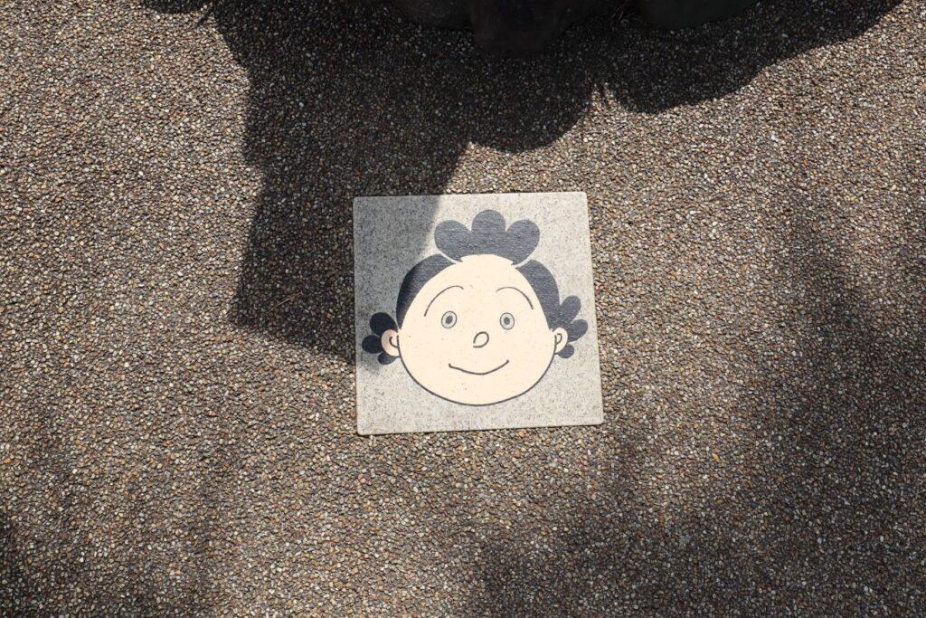 サザエさん公園の地面のタイル