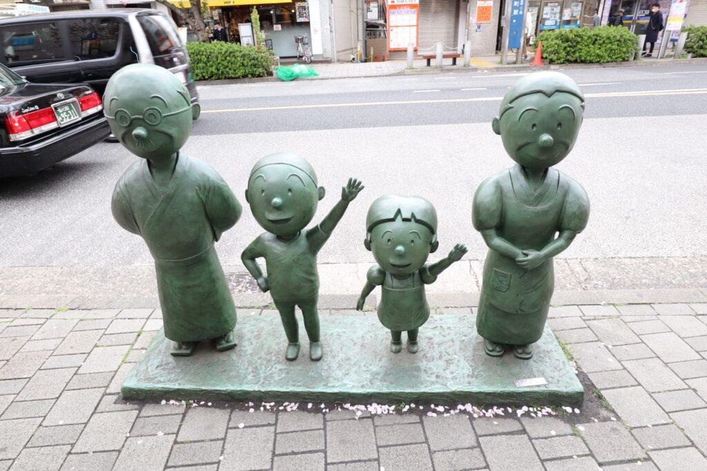 サザエさん通りの磯野一家の銅像
