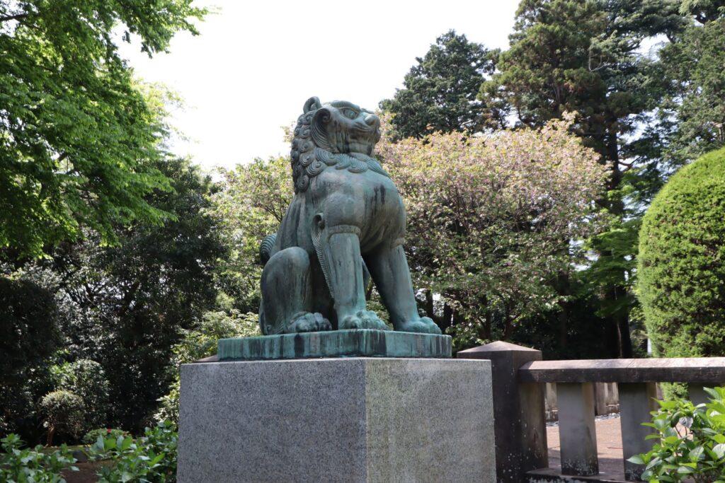静嘉堂緑地の岩崎家廟堂の狛犬