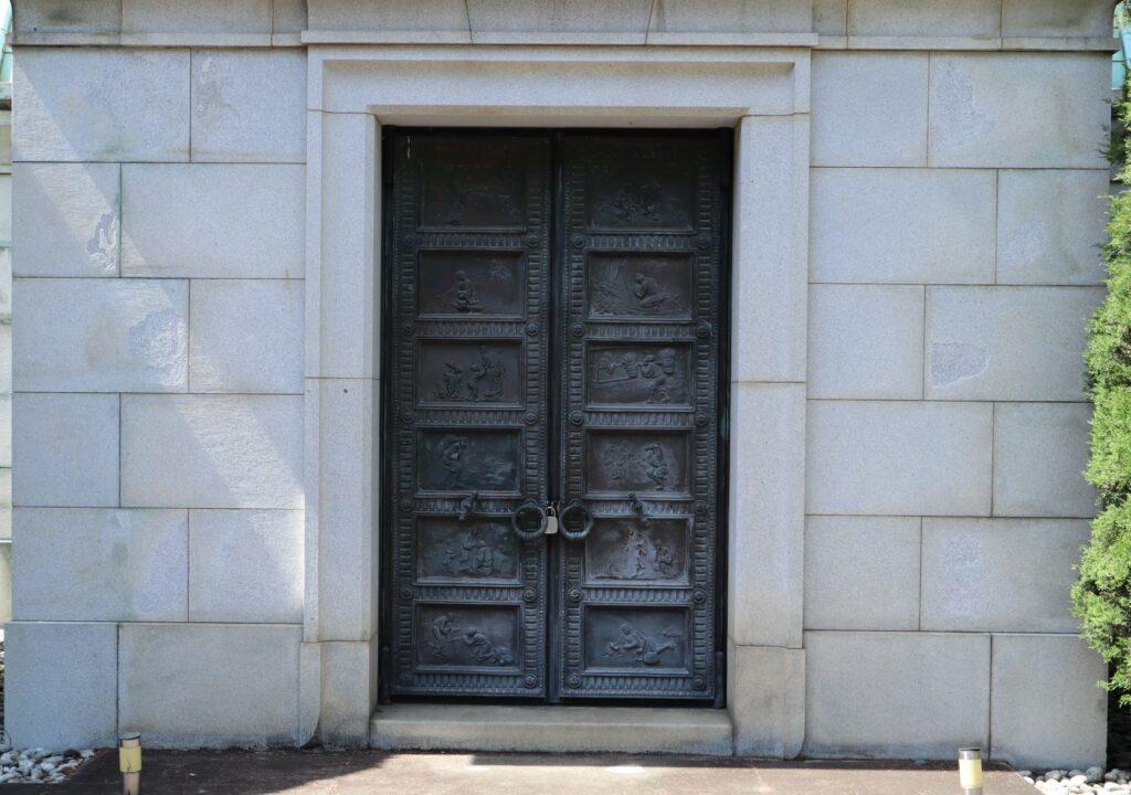 静嘉堂緑地の岩崎家廟堂の扉