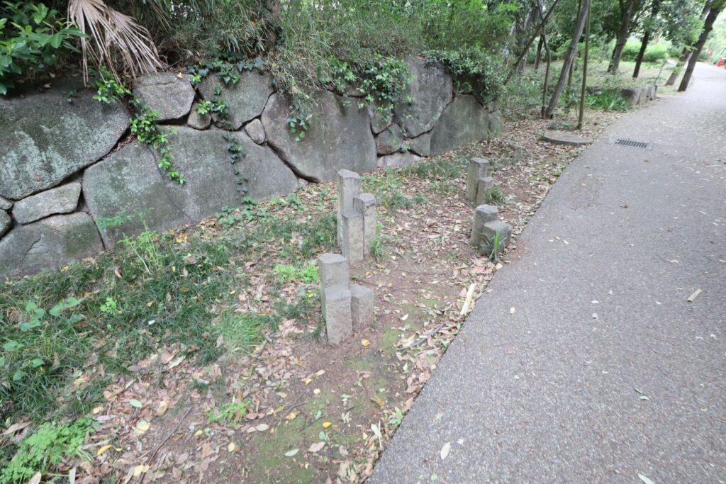 等々力緑地四季園の石のオブジェ